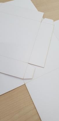 SCRAPINIEC Osnova za škatlico presenečenja VINTAGE 10x10X10 cm bela 500g- Exploding Box 4094